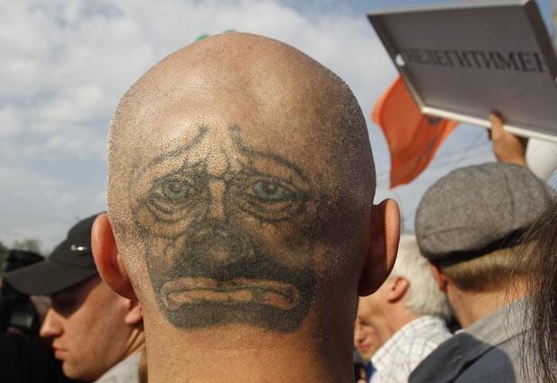 No dia 6 de maio, um homem exibiu um 'segundo rosto' com uma tatuagem na parte de trás da cabeça. Ele participava de um protesto da oposição no centro de Moscou, no Rússia. (Foto: Denis Sinyakov/Reuters)