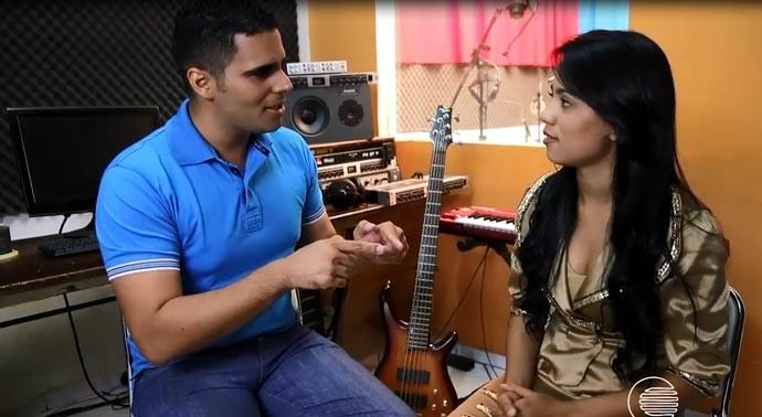 Helder Vilela conversa com a cantora Sthefany (Foto: Reprodução/Rede Clube)