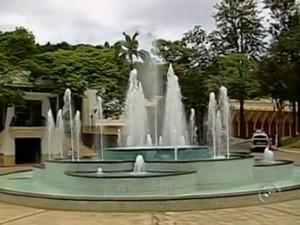 Fonte fica localizada no Balneário Mizael Marques Sobrinho (Foto: Reprodução/TV TEM)