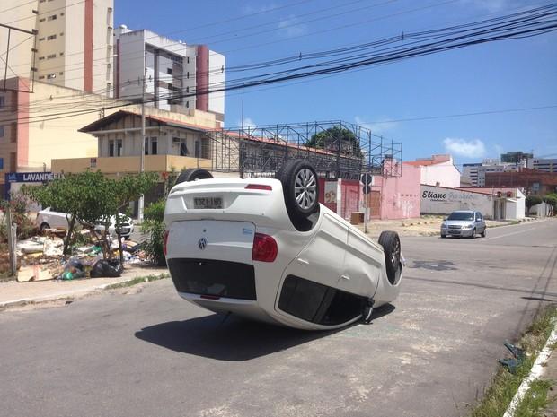 Carro capotou na Rua Hamilton de Barros Soutinho (Foto: Roberta Cólen/G1)
