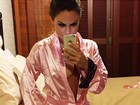 Ex-BBB Natalia Casassola posa apenas de robe para selfie