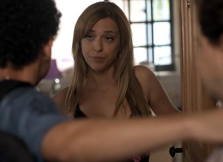 Marisa decide ajudar Alex a fugir da polícia