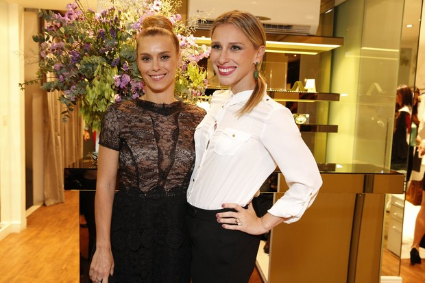 Carolina Dieckmann e estilista (Foto: Felipe Assumpção e Felipe Panfili/ AgNews)