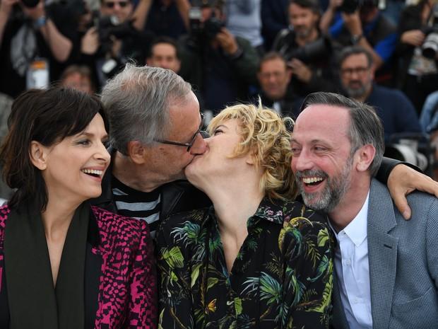 13/05: 13/05: O ator Fabrice Luchini beija a atriz Valeria Bruni Tedeschi enquanto Juliette Binoche e Jean-Luc Vincent se olham ao divulgar o filme 'Ma Loute (Slack Bay)' no Festival de Cannes (Foto: ANNE-CHRISTINE POUJOULAT/AFP)