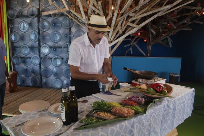 Chefe de cozinha Alício Charoth prepara um eram paterê (Foto: TV Bahia)