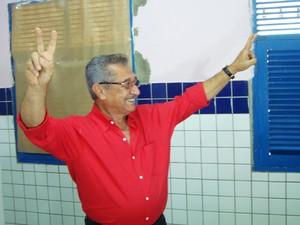 José Maranhão (PMDB), que é candidato à prefeitura de João Pessoa, saiu confiante da sala de votação (Foto: Camila Alves/Jornal da Paraíba)