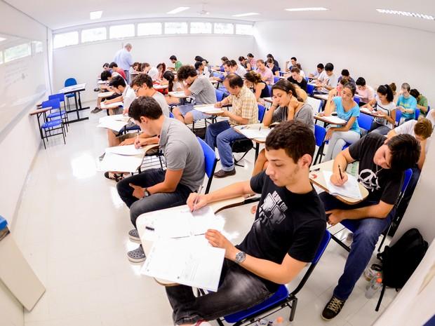 DOMINGO (5): São Paulo - Candidatos fazem prova da segunda fase da Fuvest 2014 na UMC Campus Villa Lobos (Foto: Flávio Moraes/G1)