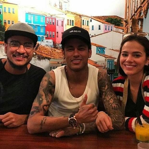 Neymar e Bruna Marquezine com um amigo (Foto: Reprodução)