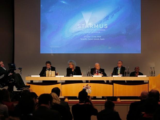 """Stephen Hawking (esq.) participa de coletiva de imprensa que anunciou prêmio de comunicação científica; medalha se chamará """"Medalha Stephen Hawking para Comunicação Científica""""  (Foto: AFP Photo/Adrian Dennis)"""