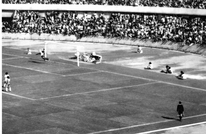 Primeiro gol do estádio Serra Dourada foi marcado pelo português Octávio (Foto: O Popular)