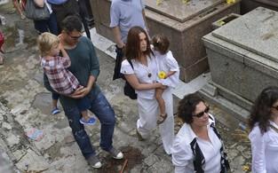Vanessa Lóes com a família no enterro da atriz Lídia Mattos (Foto: André Muzell / AgNews)