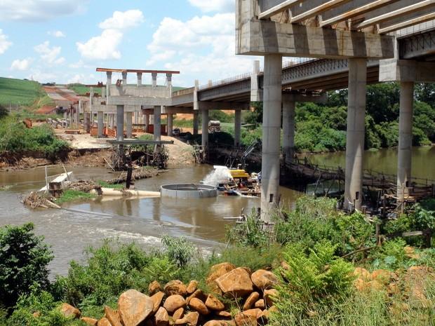 Ensecadeira permitiu que peritos avaliassem fundação da obra no novo anel viário de Piracicaba, onde cinco operários morreram em julho de 2013 (Foto: Edijan Del Santo/EPTV)