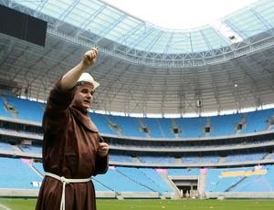 Padre abençoa o gramado da Arena do Grêmio (Foto: Wesley Santos / Divulgação)