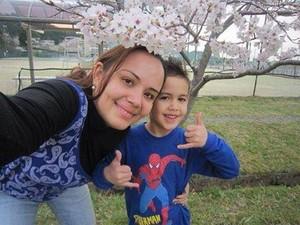 Patrícia e o filho no Japão (Foto: Facebook/Reprodução)