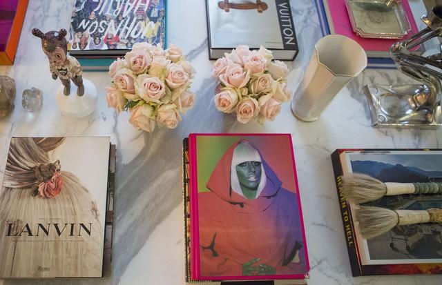 Uma ótima dica para os fãs de cachorro é investir em bibelôs de porcelana Lladró dos bichanos e espalhar pela casa junto com peças de murano. (Foto: Rafael Avancini)