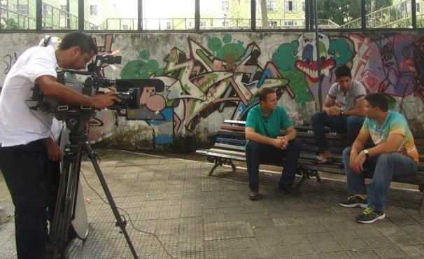 Carlos de Lannoy entrevista jovens missionários da Jornada Mundial da Juventude.  (Foto: Globo/Divulgação)