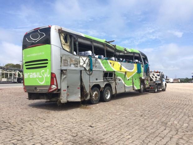 Ônibus foi levado para um posto de combustíveis perto do local do acidente (Foto: João Salgado/ RPC Curitiba)