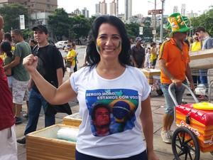 A lojista Rosália Costa escolheu usar uma blusa em apoio ao juiz Sergio Moro. (Foto: Raquel Freitas/G1)