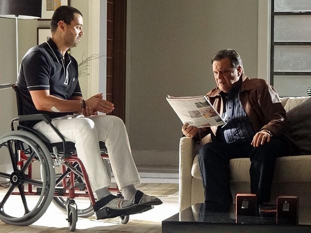 Dimas fica espantado com a história contada por Fernando (Foto: Amor Eterno Amor/TV Globo)