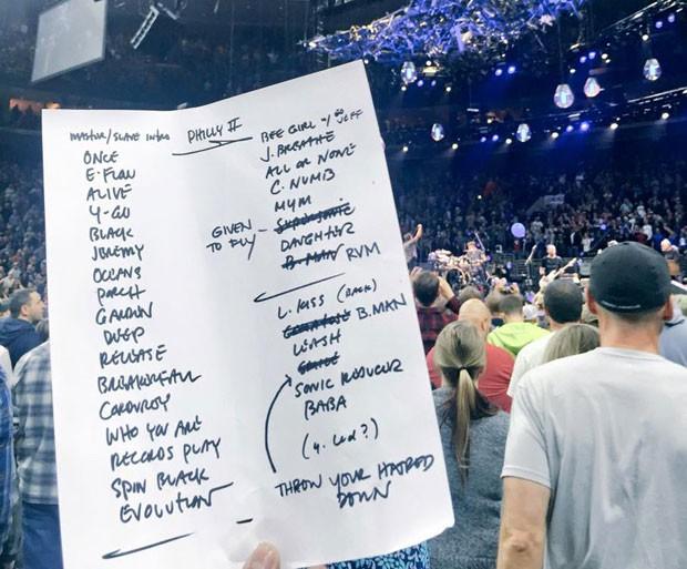 Set list do show do Pearl Jam em Filadélfia, nesta sexta-feira (29); pela primeira vez a banda tocou todas as faixas do disco de estreia, 'Ten' (1991), e na ordem em que elas aparecem no álbum (Foto: Reprodução/Facebook/Pearl Jam)