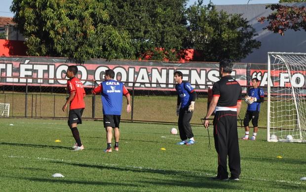 Jorge Sotter, preparador físico do Atlético-GO, acompanha treino (Foto: Guilherme Gonçalves/Globoesporte.com)