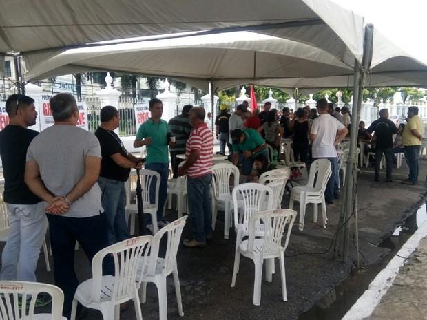 Policiais montaram tendas e dizem não ter previsão para sair da frente do Palácio do Governo de Alagoas (Foto: Derek Gustavo/G1)