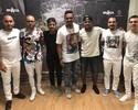 Douglas Costa aproveita a folga de fim de ano em show do Sorriso no Rio