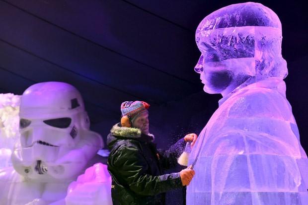 Artista tcheco Jiri Genzer trabalha em escultura de Luke Skywalker (Foto: Eric Vidal/Reuters)