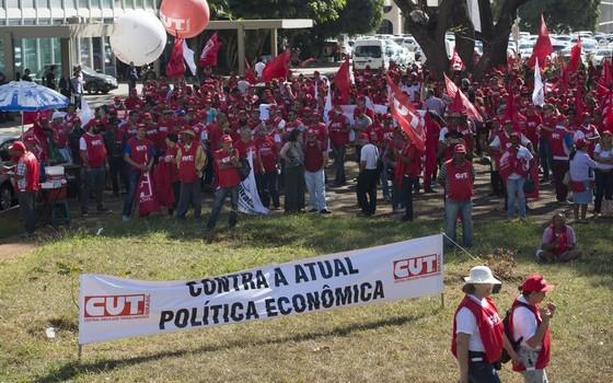 Manifestantes da Central Única dos Trabalhadores (CUT), em Brasília, fazem protesto contra política econômica adotada pelo governo (Foto: Marcelo Camargo/Agência Brasil)