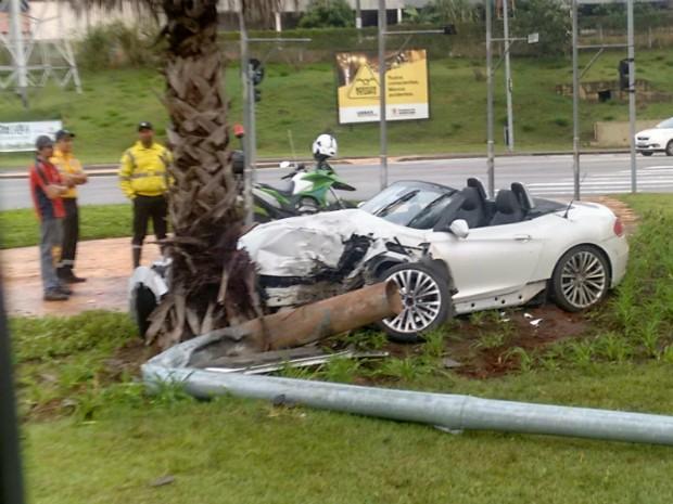 Carro de luxo fica destruído após acidente em avenida de Sorocaba (Foto: Clécio Antunes da Mota/Arquivo Pessoal)