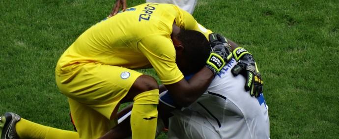 Goleiro de Honduras consola Álvarez, que chora copiosamente (Foto: Maurício Paulucci)
