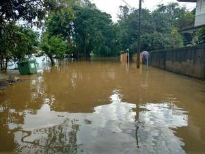 Ruas ficaram alagadas após chuva em Salto (Foto: Fernando Bellon/TV TEM)