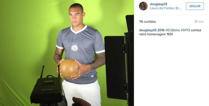 """Douglas Pires """"vaza"""" camisa do Bahia em rede social (Foto: Reprodução / Instagram)"""