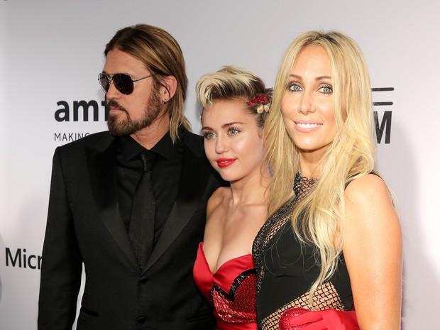 Billy Ray Cyrus, Miley Cyrus e Tish Cyrus em baile de gala em Nova York, nos Estados Unidos (Foto: Neilson Barnard/ Getty Images/ AFP)
