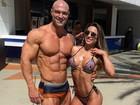 Ex-BBB Michelly Crisfepe exibe músculos ao lado do marido