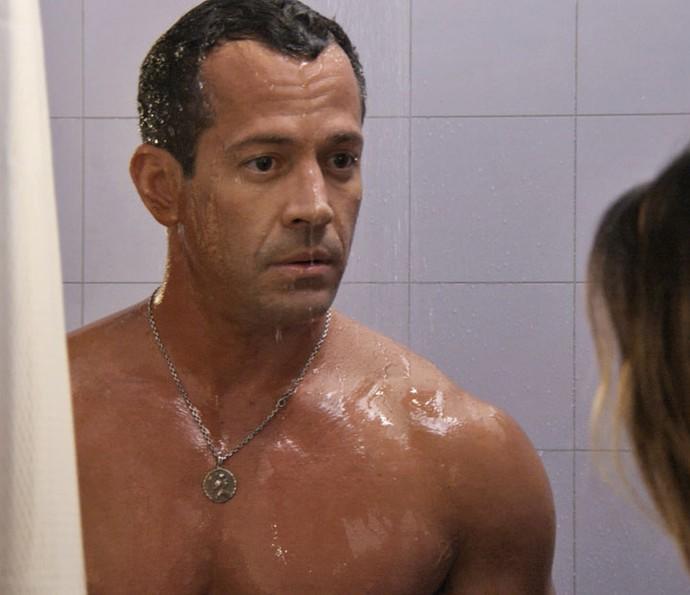 Piloto é surpreendido pela gata durante o banho (Foto: TV Globo)