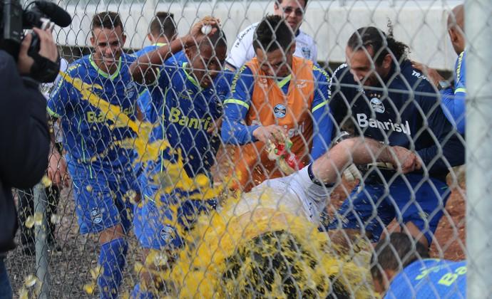 Enfermeiro do Grêmio leva banho de ovo em treino (Foto: Eduardo Deconto/GloboEsporte.com)