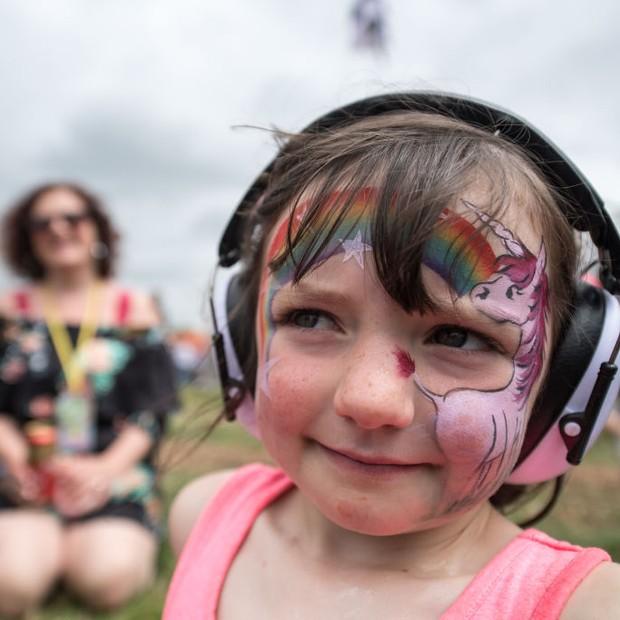 Criança assiste ao show de Charlie XCX (Foto: Getty Images)