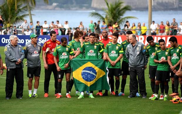 Seleção presta homenagem aos militares do exército (Foto: André Durão / Globoesporte.com)
