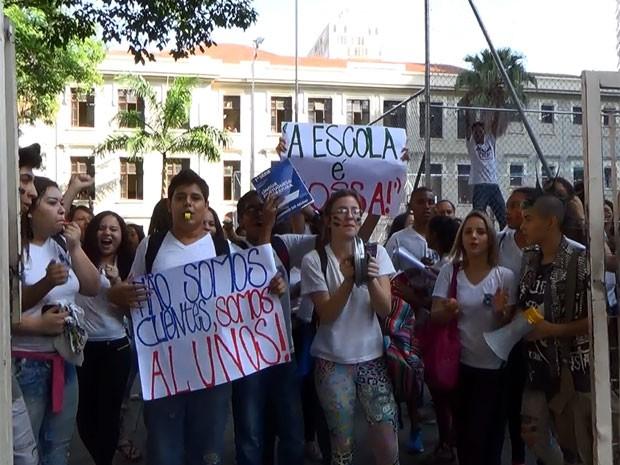 Alunos da Escola Carlos Gomes, em Campinas, protestam na quadra da escola  (Foto: Reprodução EPTV)