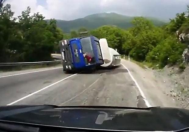 Caminhão ainda deslizou pela via até bater com outro veículo. (Foto: Reprodução)