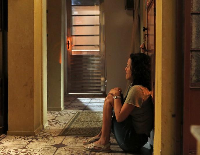 Depois que César parte, Domingas, desolada, cai no choro (Foto: Ellen Soares / Gshow)