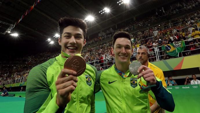 Arthur Nory e Diego Hypolito com as medalhas da ginástica artística (Foto: Marcio Fernandes/Estadão/Nopp)