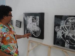 Algumas das pinturas são feitas com colagens. (Foto: Derek Gustavo/G1)