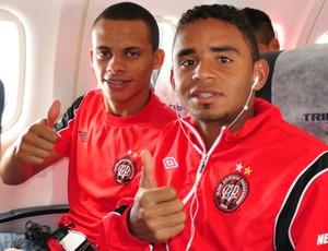 Cleberson e Deivid, volantes atleticanos (Foto: Gustavo Oliveira/Site Oficial do Atlético-P)