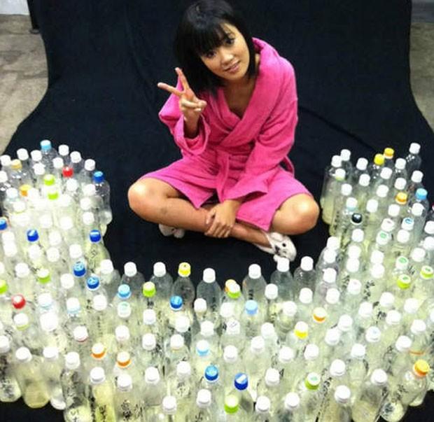 Uta Kohaku com as garrafas de sêmen enviadas por fãs (Foto: Reprodução)