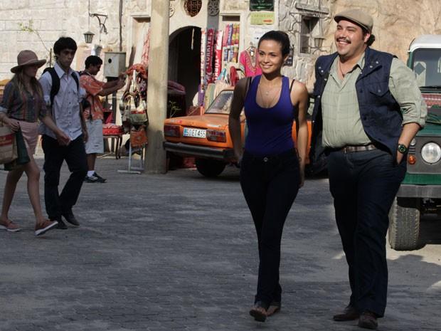 Morena e Demir passeiam pelas ruas da cidade histórica (Foto: Salve Jorge/TV Globo)