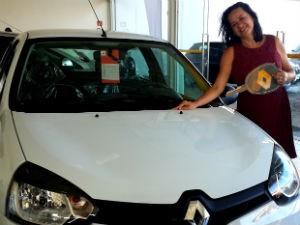 Colaboradora ganha carro da TV Gazeta (Foto: Divulgação/ Marketing OAM)
