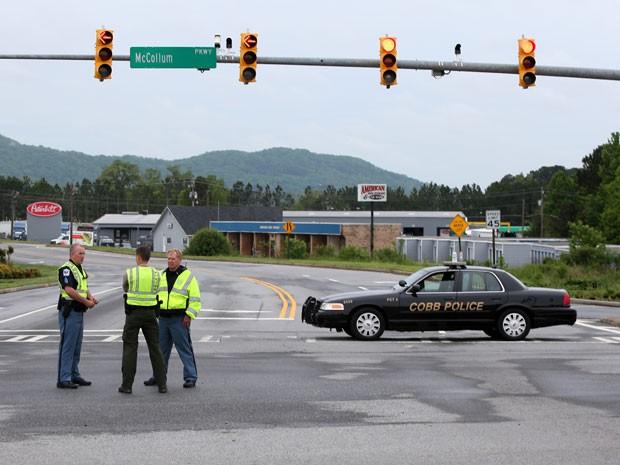Polícia de Cobb isola rua de acesso ao escritório da FedEx após tiroteio em Kennesaw (Foto: Jason Getz/AP)