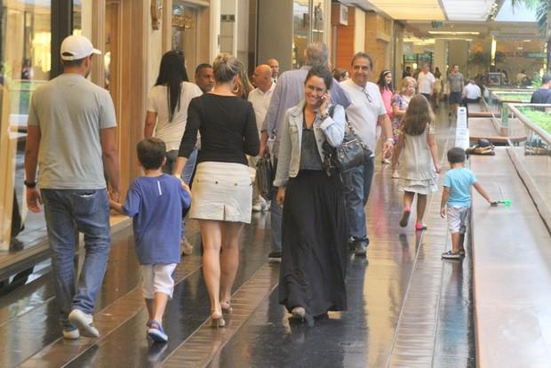 Fernanda Vasconcellos em shopping no Rio (Foto: Daniel Delmiro/ Ag. News)